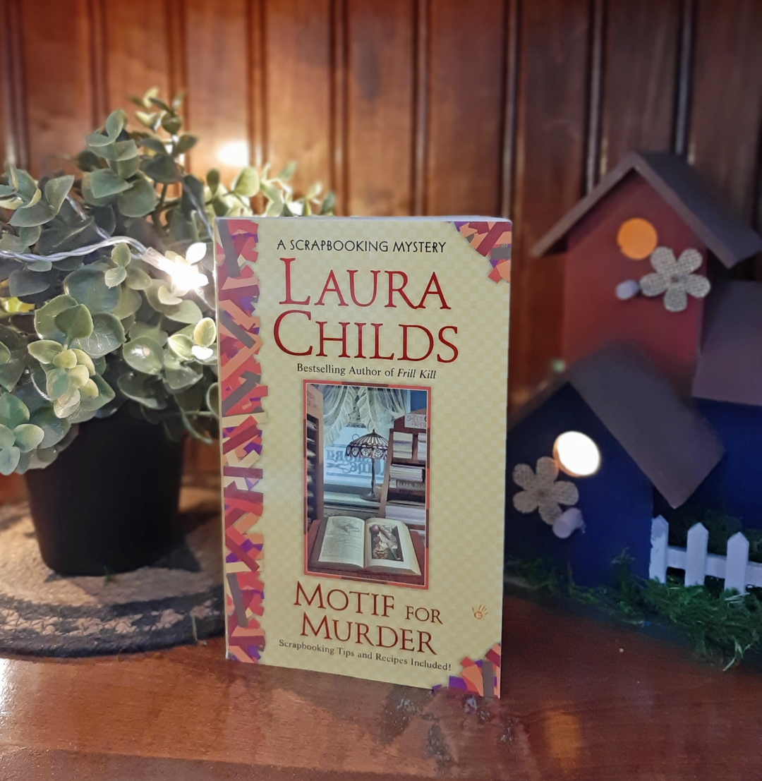Laura Childs – Motif for Murder (A Scrapbooking Mystery)