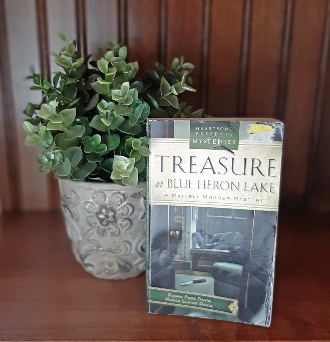 Susan Paige Davis – Treasure at Blue Heron Lake (A Mainely Murder Mystery)